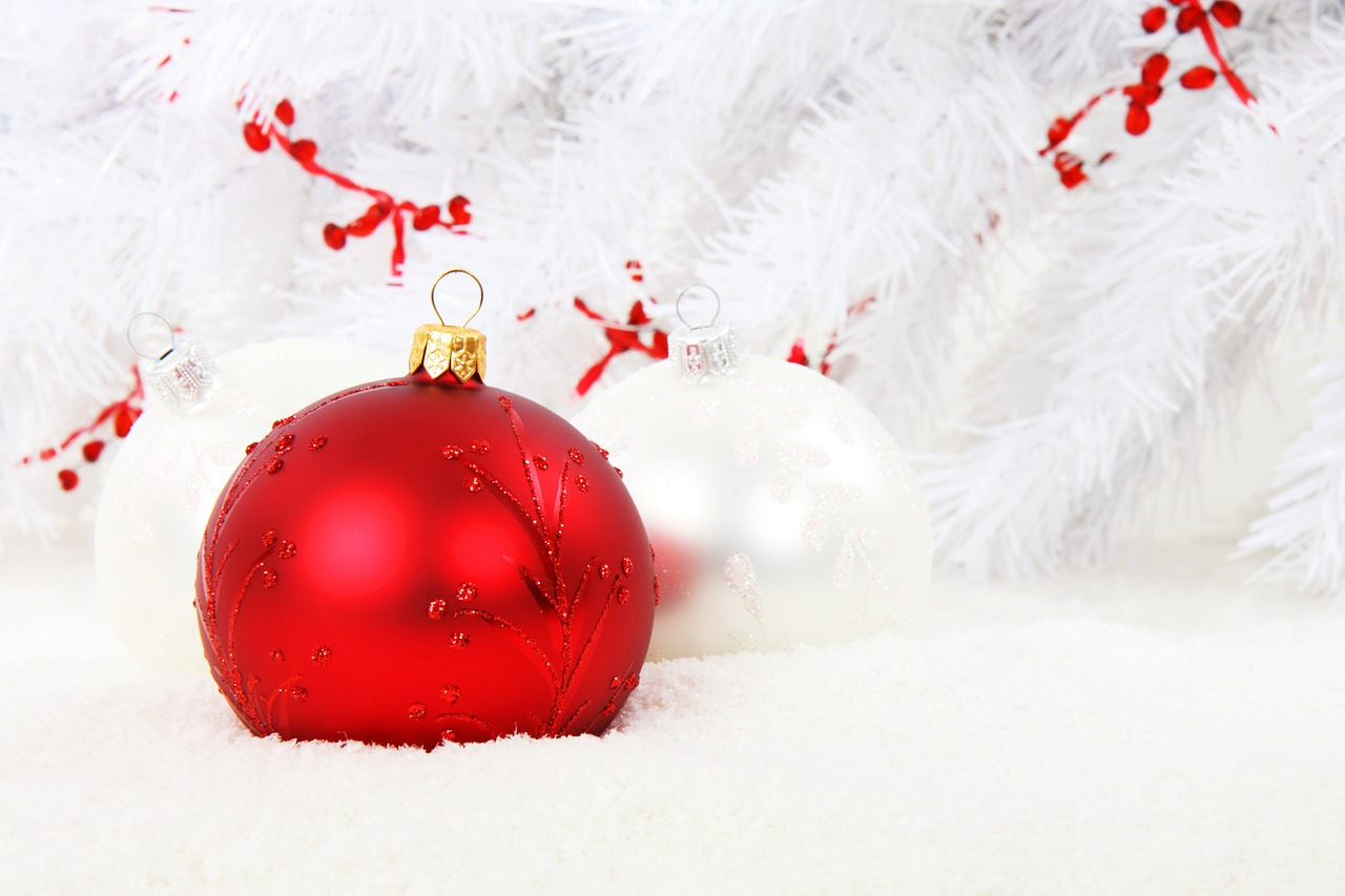 decorate christmas tree with balls